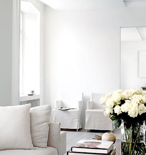 Proste i efektowne rozwiązanie - białe są nie tylko ściany i sufit, ale też pozostałe sprzęty i meble