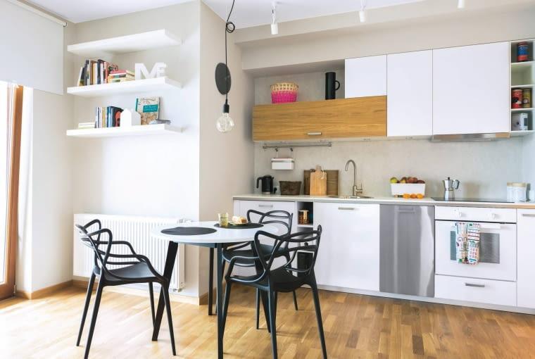 Okrągły stolik zajmuje miej miejsca niż prostokątny i wygląda lżej.