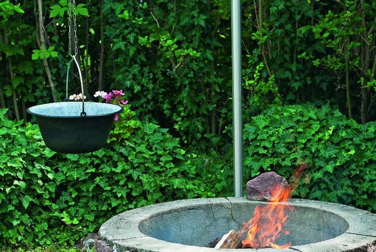 Palenisko w formie studni z żurawiem. Wygodnie nad nim gotować potrawy.