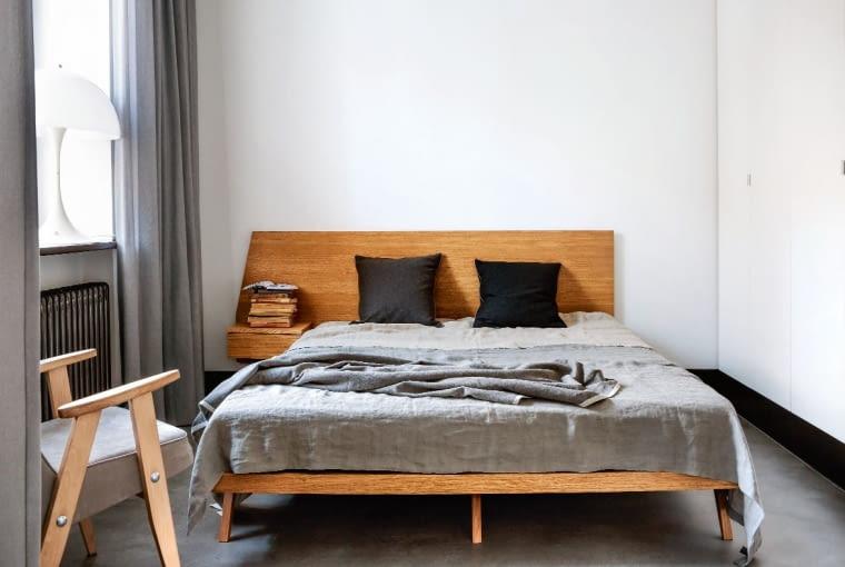- Wygodne łóżko zostało zaprojektowane i wykonane współcześnie, ale mnie przypomina meble z internatu - śmieje się Tomasz. Fotel vintage z nową tapicerką i odświeżonym stelażem.
