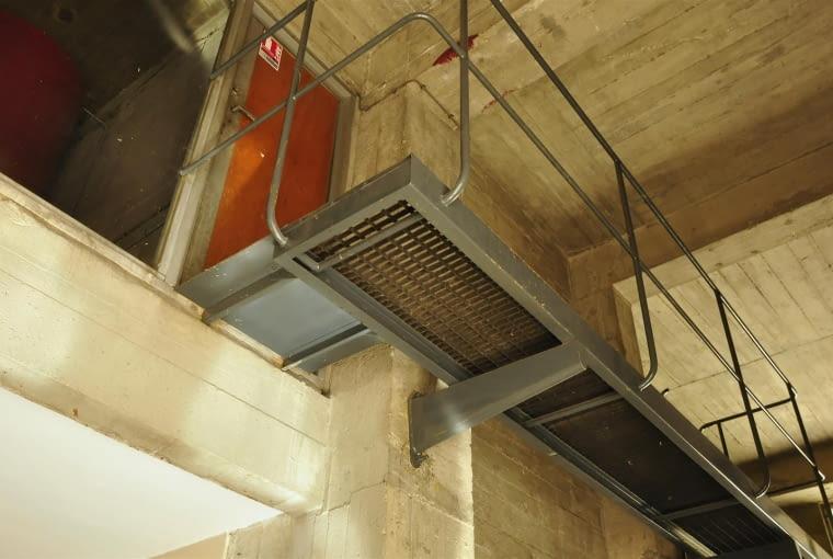 Jednostka Marsylska, proj. Le Corbusier - wejście do pomieszczenia technicznego oraz winda dla obsługi. Warto zauważyć, że obsługa budynku, poczta miała do dyspozycji osobną windę
