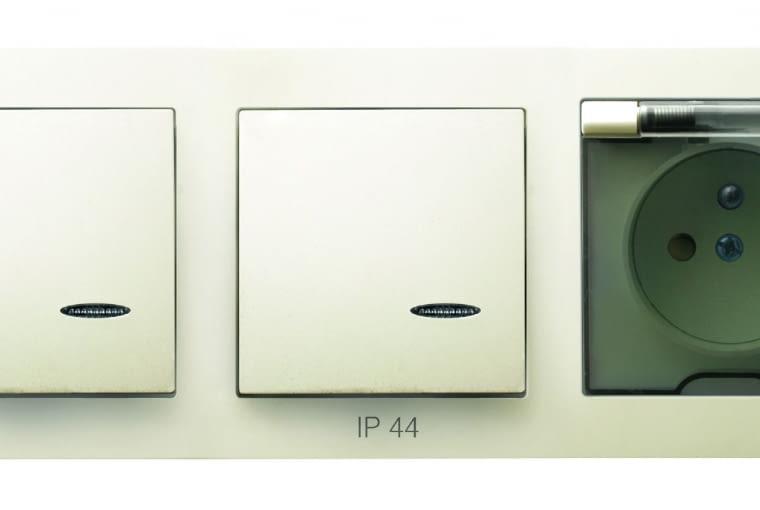 NIŻSZA CENA As/OSPEL; ramka potrójna do pomieszczeń wilgotnych (IP44), dwa łączniki z podświetleniem, gniazdo bryzgoszczelne Cena: ok. 38 zł