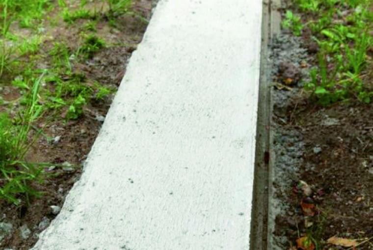 Fundament pod słupek powinien być posadowiony poniżej poziomu przemarzania gruntu, czyli na głębokości od 80 do 140 cm.