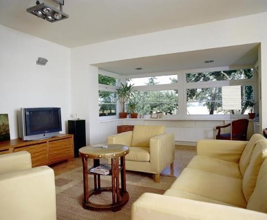 Nowoczesny wykusz o kształcie prostokąta w domu jednorodzinnym.