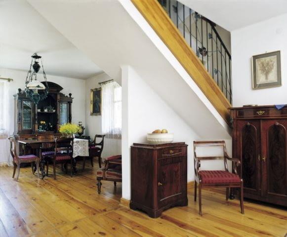 Pani Anna i jej mąż przez lata gromadzili w warszawskim mieszkaniu meble i przedmioty, niezwykłej urody. Wiele z nich to pamiątki rodzinne