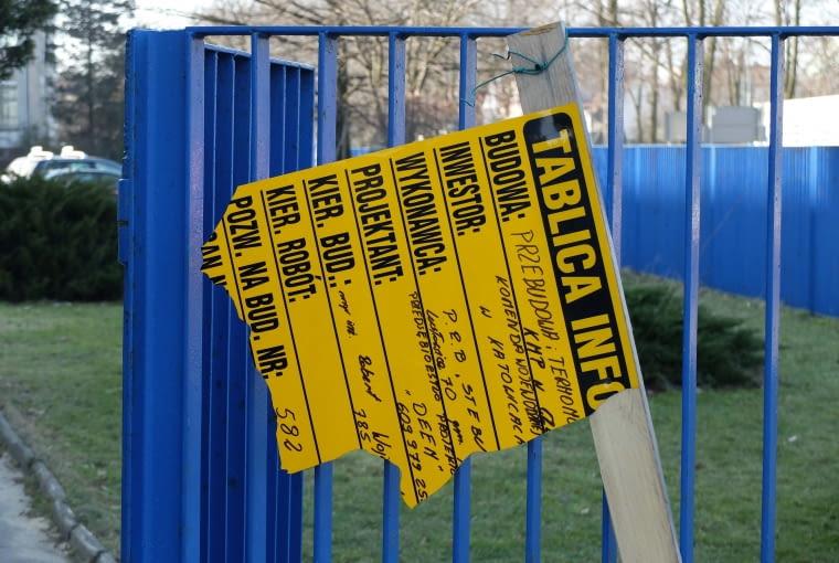 Fragment tablicy przed budynkiem policji w Częstochowie