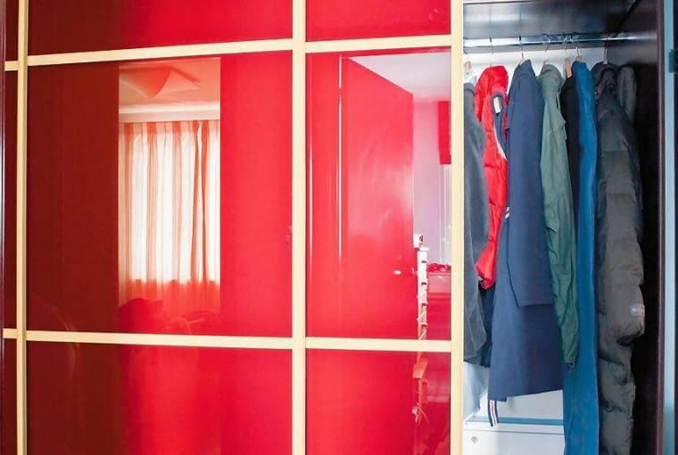 Szafa wnękowa z przesuwanymi drzwiami