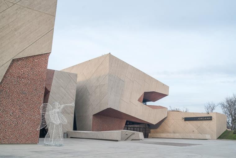 """Centrum Kulturalno Kongresowe Jordanki w Toruniu, Polska, pro. MENIS ARQUITECTOS, nominacja w kategorii budynki zrealizowane, kultura. To kategoria, w której polskie budynki mają najsilniejszą reprezentację (3 nominacje). Budynek CKK z Torunia to obiekt o unikalnych wnętrzach w technice pikado. Niezwykła forma i ciekawe rozwiązania architektoniczne sprawiły, że budynek ma na swoim koncie już wiele nagród, w tym tytuł BRYŁY ROKU 2015 (I miejsce w kategorii Nagroda Jury i II miejsce w kategorii Nagroda Internautów). Więcej o budynku przeczytasz <a href=http://www.bryla.pl/bryla/7,85301,19639748,torunska-sala-koncertowa-zagladamy-do-niezwyklego-wnetrza-zdjecia.html><span style=""""color: #c0c0c0;"""">TUTAJ</span></a>"""