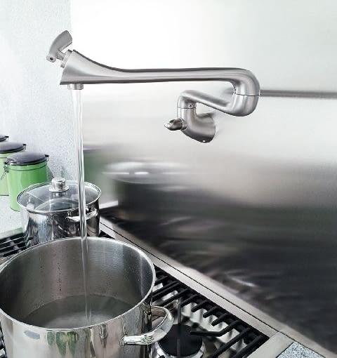 Bateria kuchenna z zaworem do napełniania naczyń montowanych nad płytą grzewczą