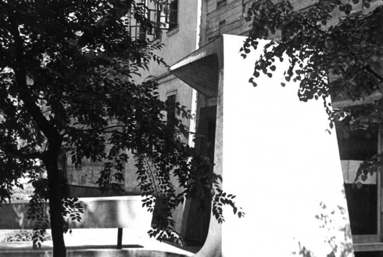 Akcent rzeźbiarski przy wejściu głównym do MPW, lata 60. XX wieku, fot. Daniel Zawadzki, z zasobu archiwum Galerii Sztuki Współczesnej Bunkier Sztuki