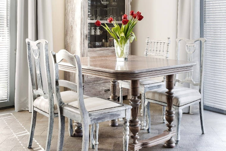 PODPATRZONE WPAŁACU. Pobielone iprzetarte stylizowane meble przywodzą na myśl wnętrza sielskich francuskich siedlisk iromantycznych pałacyków.