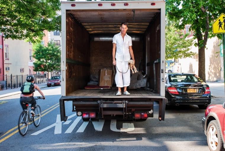 Scott Newkirk z psem Scratchem przed domem na Brooklynie.