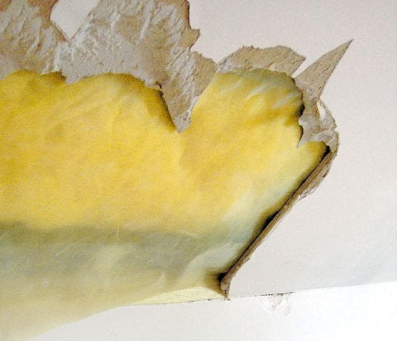 uszkodzona płyta gipsowo-kartonowa