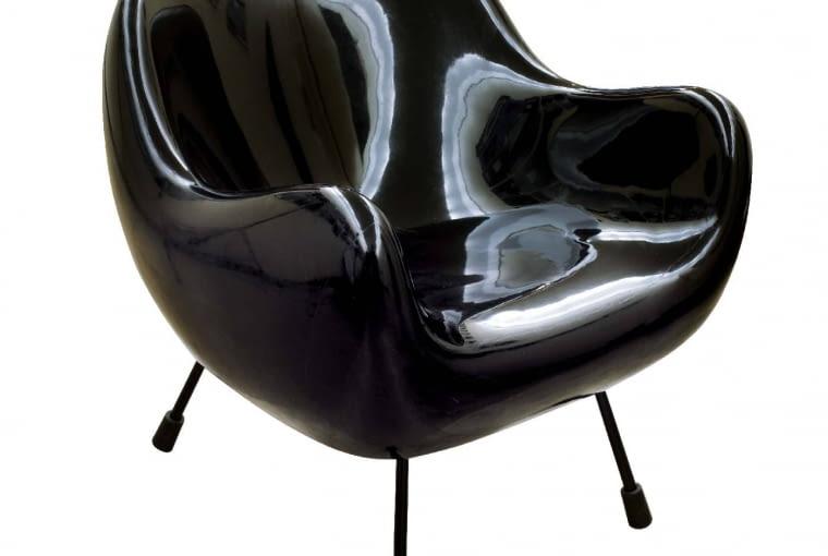 CZARNY KLASYK. Fotel RM58 Romana Modzelewskiego, 1958 r., zrobiony zmaty szklanej iżywicy epoksydowej.
