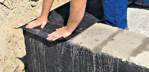 Układanie izolacji poziomej ścian fundamentowych