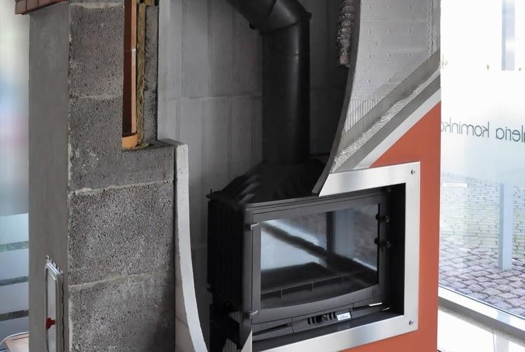 Wkład kominkowy można podłączyć do komina za pomocą rur i kolan z czarnej stali o grubości 2 mm.