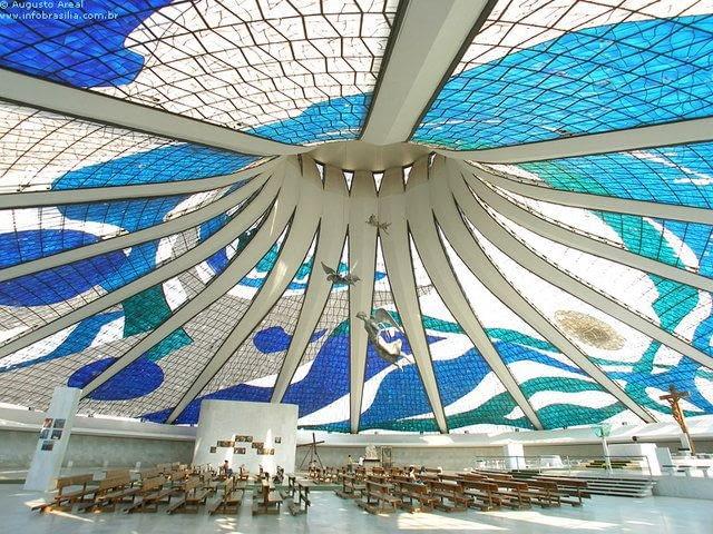 Kolorowe wnętrze katedry w Brasilii, proj. Oscar Niemeyer