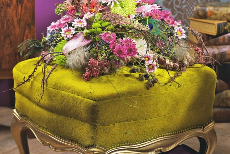 Orientalne kompozycje kwiatowe. Owocowo: czarnuszka, jeżyny, psianka, powojniki. Jako uzupełnienie m.in. arcydzięgiel, szkarłatka, chryzantemy