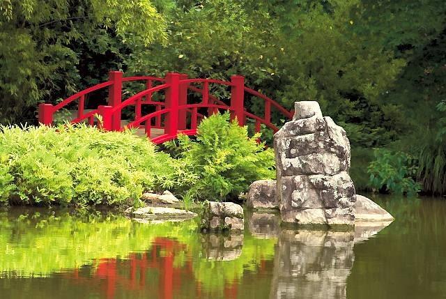 W monochromatycznych japońskich ogrodach czerwień detali jest często jedynym mocnym akcentem kolorystycznym.