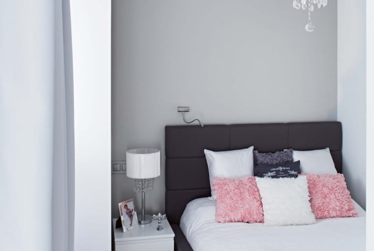 Sypialnia Julity jest tak mała, że oprócz podwójnego łóżka niewiele więcej się w niej mieści. Stonowany wystrój ożywia ręcznie wykonany kocyk z @Motki2.