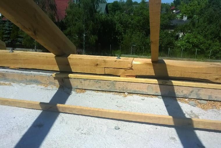 Kotwy mocujące murłatę powinny być rozmieszczone nie rzadziej niż co 100-120 cm. Inaczej dach nie będzie solidnie połączony z konstrukcją domu