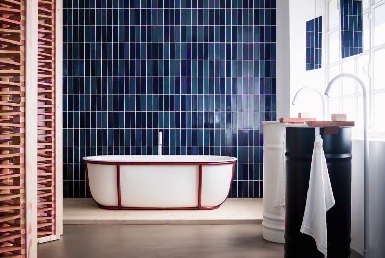 Wanna retro projektu Patricii Urquioli wykonana z tworzywa Solid Surface, które zatrzymuje ciepło. Model oplata charakterystyczna konstrukcja wykonana ze stalowych rur (wzór). kari-mobili.pl