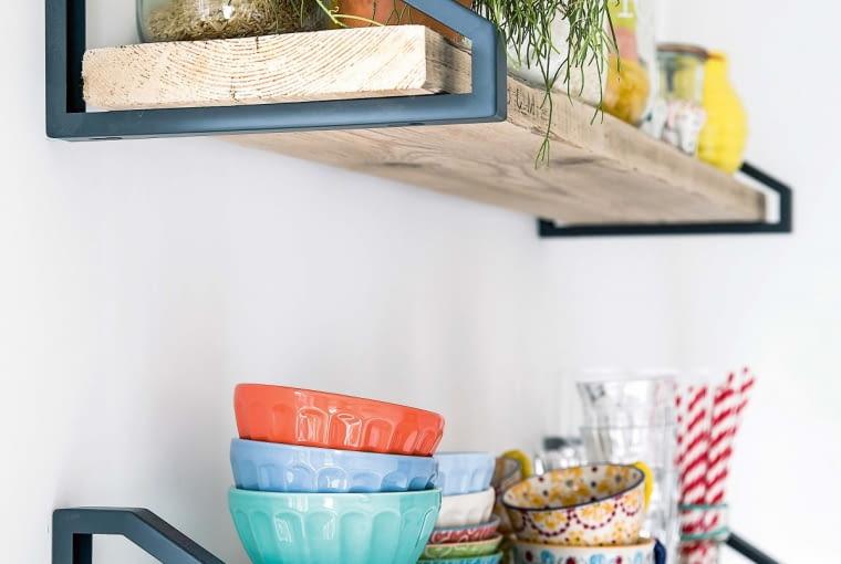 Półki nad stołem to dzieło gospodarzy, którzy do ich zrobienia wykorzystali elementy zodzysku: deski ze starych rusztowań imetalowe wsporniki. Półki ze sklepu kosztowałyby dużo więcej.