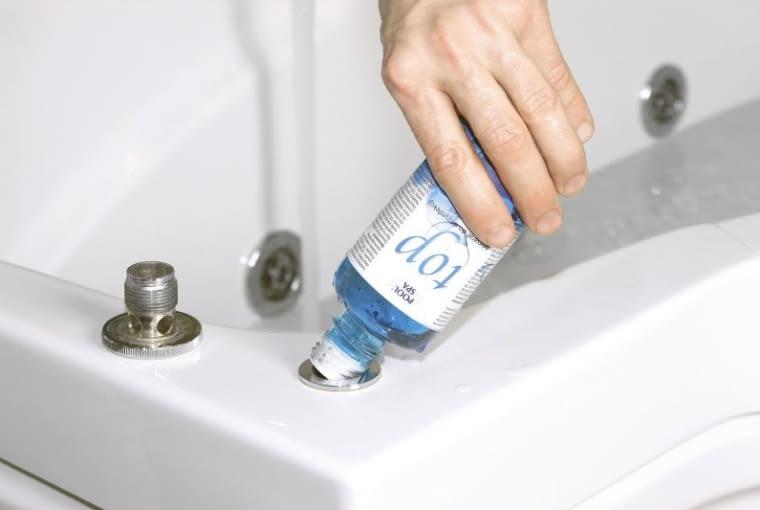 Wanna z systemem dezynfekcji automatycznej. Płyn do dezynfekcji wlewa się do specjalnego zbiornika ukrytego w obudowie pod wanną - przez zakręcany otwór na brzegu wanny