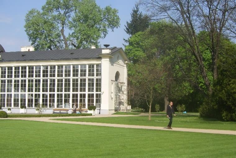 Spacer po ogrodzie modernistyczny rozpoczynamy w okolicach XIX wiecznego pawilonu - Nowej Pomarańczarni - obecnie restauracja Belvedere.
