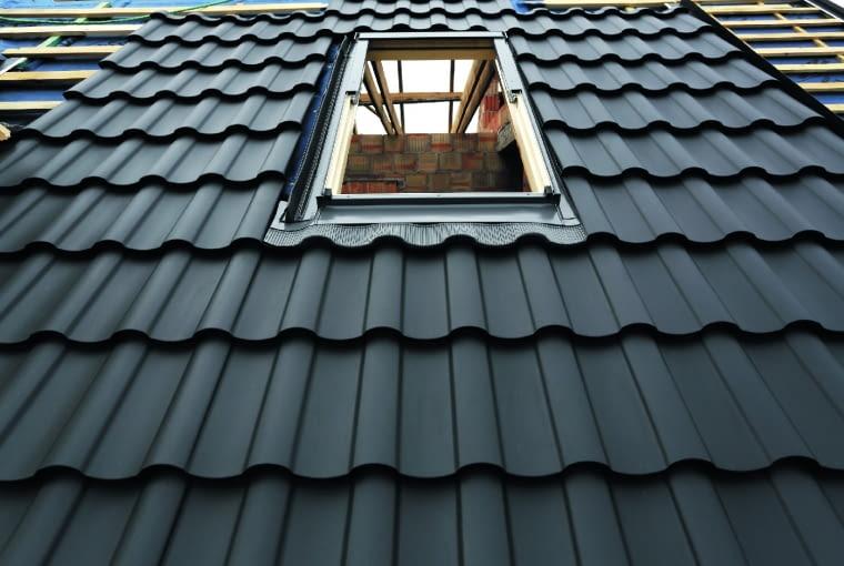 Jeśli blachodachówka jest modułowa, jej układanie można zacząć nie od okapu, lecz od okien dachowych
