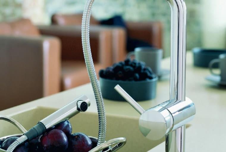 Bateria kuchenna z wyciąganą wylewką to nie tylko udogodnienie, ale i mniejsze zużycie wody
