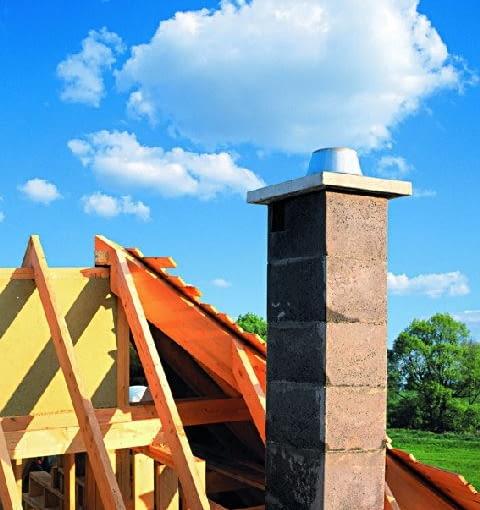 Zewnętrzna obudowa komina zbudowana jest z pustaków keramzytobetonowych łączonych na zaprawę