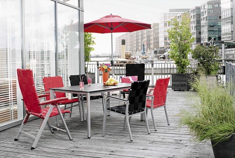Komplet mebli do tarasowej jadalni. Ażurowe siedziska i oparcia krzeseł zapewniają przewiewność, a aluminiowa konstrukcja - stabilność.