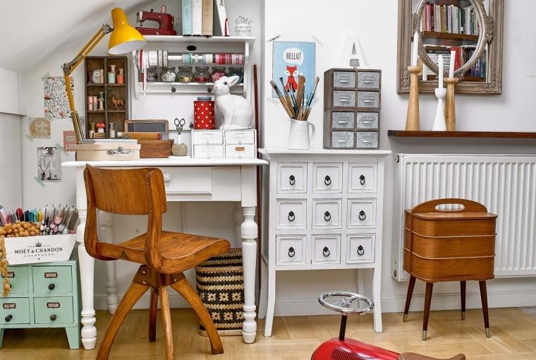Obrotowe krzesło i unikatowy niciak do swojej pracowni Ula znalazła na Allegro. Biała szafka stała w kącie sklepu z ubraniami - jako jego wyposażenie. Biurko też nie było na sprzedaż; na lokalnym kiermaszu ktoś wystawił na nim swoje prace, ale Ula uprosiła, by znalazł inny mebel do prezentacji. Lustro jest oprawione w ramę z warszawskiego sklepu dla renowatorów.