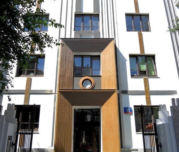 Główne wejście do apartamentowca
