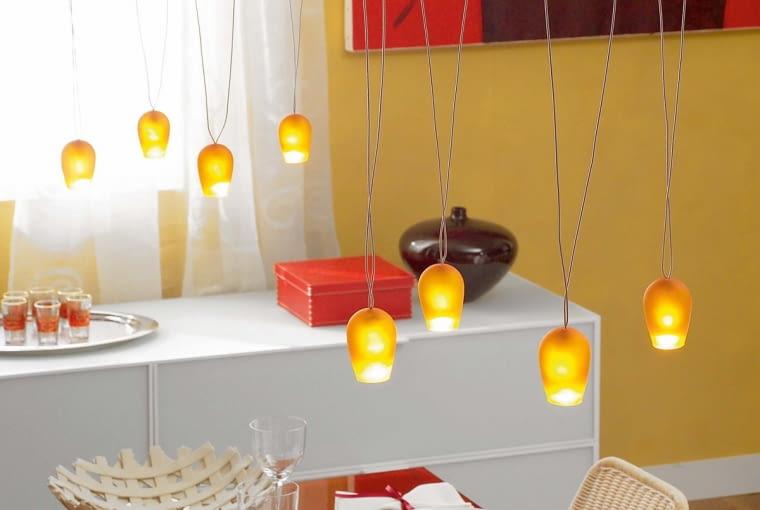 Bardzo dużo małych lampek z kloszami, które rzucają ciepłe miodowe światło, stworzy niezapomnianą atmosferę podczas uroczystego posiłku.