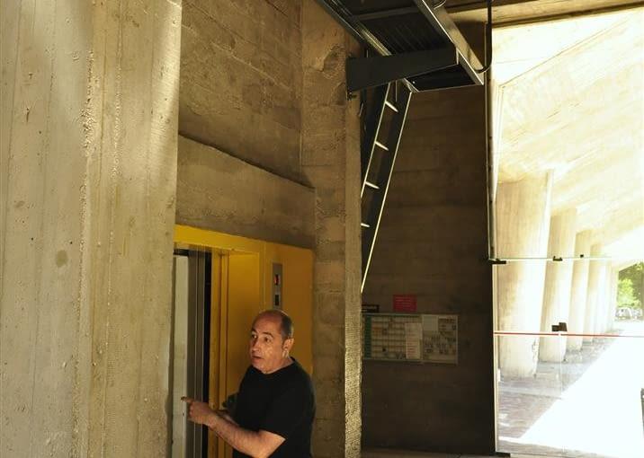 Jednostka Marsylska, proj. Le Corbusier - wejście do pomieszczenia technicznego oraz winda dla obsługi. Warto zauważyć, że obsługa budynku, poczta miała do dyspozycji osobną windę.