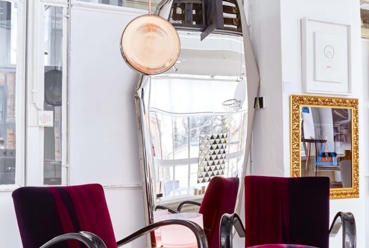 Wspaniale odrestaurowane fotele z lat 30. kultowego czeskiego projektanta Jindricha Halabali, sygnowane marką Thonet to jedyne antyki w galerii. Za nimi lustro Tafla Oskara Zięty i lampa Petri (Dechem Studio). W głębi obraz Jana Kudlicki, ojca Borisa.