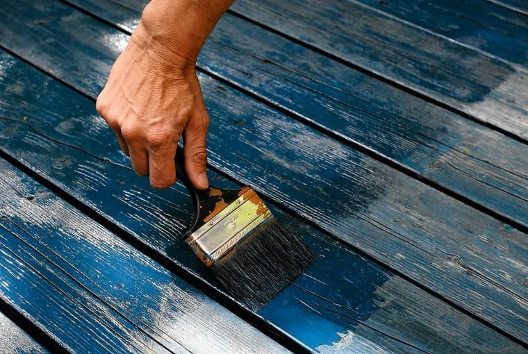 Odświeżany element (drewniany lub metalowy) należy najpierw oczyścić