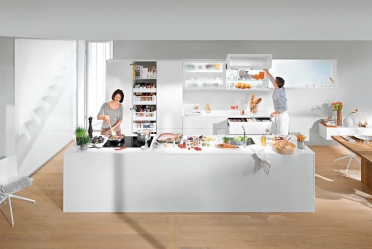 Uporządkowane w szafkach, łatwo dostępne produkty pomogą w szybkim i sprawnym przygotowaniu posiłku. Podnośnik AVENTOS HF, metal i tworzywo sztuczne, do szafek o szer. do 180 cm. Na zamówienie. Blum