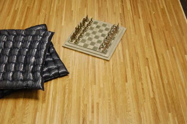 Mozaika przemysłowa, zwana także podłogą multilamelową może występować w postaci długich desek. Na zdjęciu deska trójwarstwowa dębowa o długości 220 cm, szerokości 20,9 cm i grubości 1,4 cm.