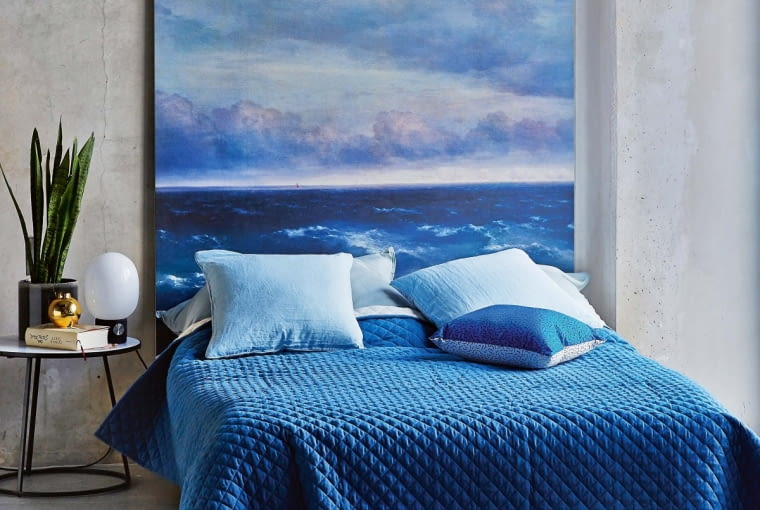 %Bedroom with large painting 00572436