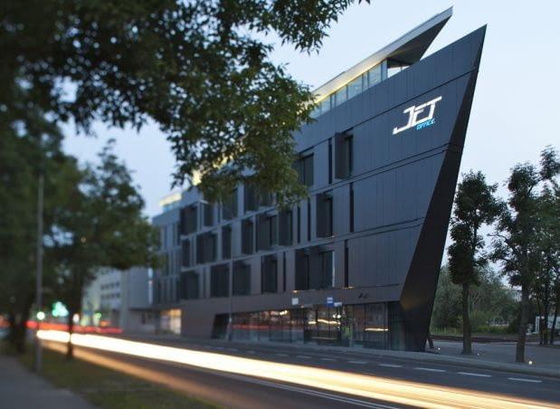 Poznań wzbogacił się o nowoczesny obiekt biurowy, który swoim kształtem przypomina pędzący okręt. Zobacz budynek z pracowni Insomia Szymona Januszewskiego, uchwycony obiektywem Anny Gregorczyk, poznańskiej fotografki architektury.