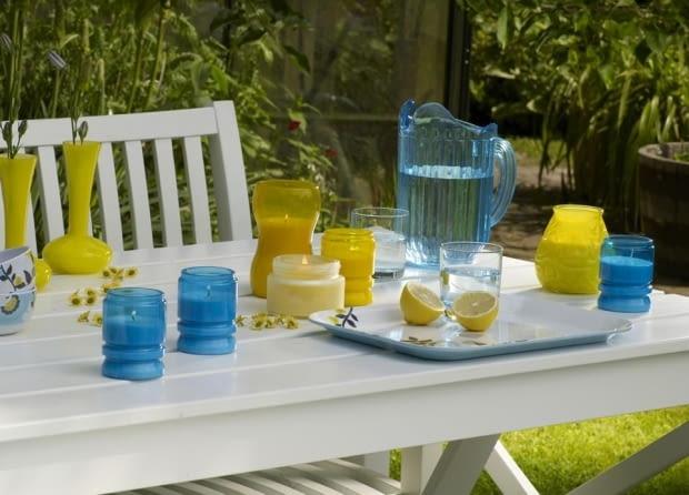 Każdy zna przyjemny zapach świec z olejkiem cytronelowym. Często przydatne są w okresie letnim do odstraszania komarów.