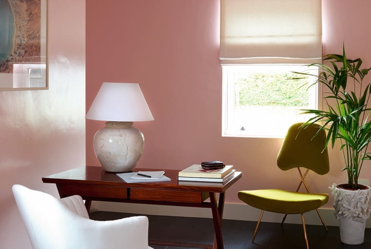 W swoim domowym biurze Donna pomalowała ściany inaczej niż w całym domu - na połyskujący róż (farbami Farrow & Ball, w odcieniu Middleton Pink). Na podłodze dywan John Lewis z kolekcji stworzonej na 150-lecie firmy.