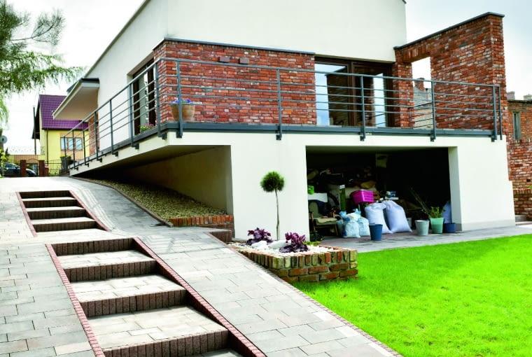 Wybudowanie domu na niestabilnym terenie jest niestety trudne i kosztowne. Właściciele przekonali się o tym, gdy podliczyli wydatki poniesione na poprzedzające budowę ekspertyzy i wzniesienie fundamentów zgodnie z ich wytycznymi