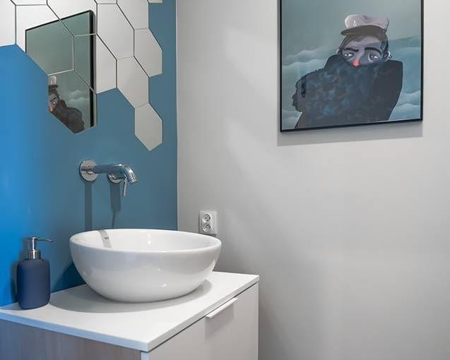 W łazience znalazło się miejsce na artystyczny akcent.