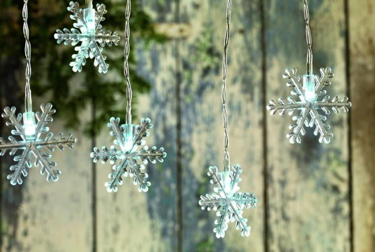 Śnieżynki z diodowymi lampkami mogą choć trochę zastąpić śnieg, którego ostatnio brakuje w święta