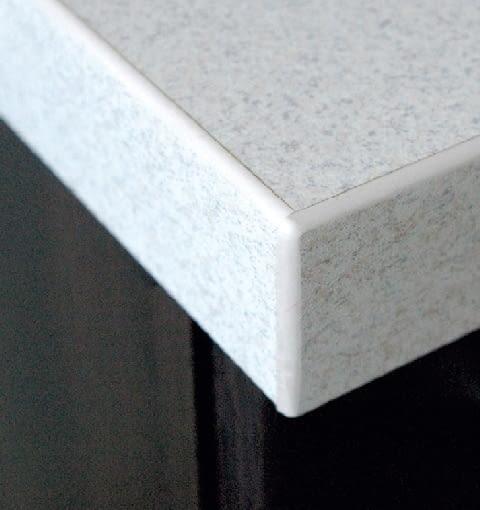Krawędzie blatu laminowanego zabezpieczone akrylowymi listwami