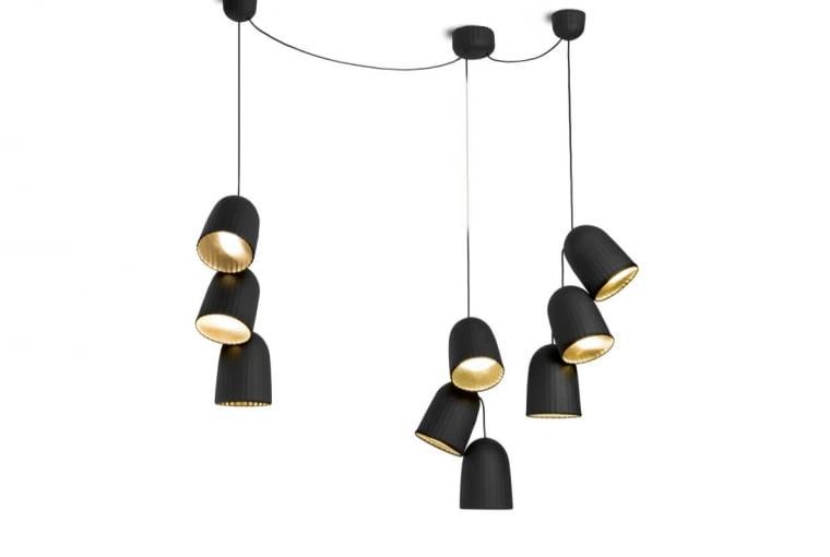 Matowa czerń na zewnątrz, złoty blask w środku - oto najmodniejsze połączenie. Lampy z kolekcji Chains, proj. Sylvain Willenz, Petit Friture, www.petitfriture.com